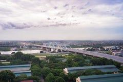 Luchtmening die van Dong Tru-brug Rode Rivier kruisen bij schemering in Hanoi, Vietnam Stock Fotografie