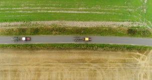 Luchtmening die van tractor weg overgaan Landbouwtrekker workin op gebied stock videobeelden
