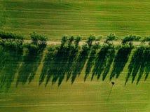 Luchtmening die van a-weg het platteland in de zomer kruisen stock fotografie