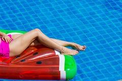 Luchtmening die van wijfje in bikini op een drijvende matras binnen liggen royalty-vrije stock foto's
