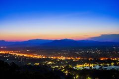 Luchtmening in Doi Khao Kwai tijdens blauwe streek na zonsondergang Bergketen als achtergrond met lichte staart bij de hoofdweg i royalty-vrije stock fotografie