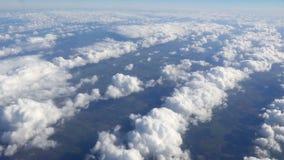 Luchtmening door het vliegtuigvenster stock videobeelden