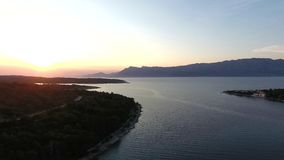 Luchtmening, golf van de Middellandse Zee in de avond, de bergen stock footage
