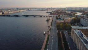 Luchtmening in het centrale deel van de stad van Rusland over de kruiserdageraad op de dijk van Neva River in St Petersbur stock videobeelden