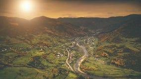 Luchtmening: het dorp van de de herfstcanion langs de rivier Stock Foto