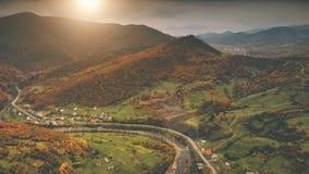 Luchtmening: het dorp van de de herfstcanion langs de rivier Royalty-vrije Stock Foto