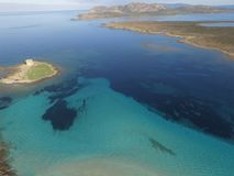 Luchtmening, het strand in Sardinige, glashelder water, Italië stock afbeelding