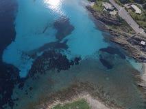Luchtmening, het strand in Sardinige, glashelder water, Italië royalty-vrije stock afbeelding