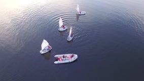Luchtmening het varen jachtregatta op de rivier van Moskou, stock video