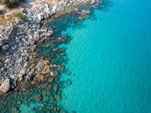 Luchtmening: Hommelvideo van iconisch strand van Agathi en kasteel van Feraklos, Rodos-Egeïsch eiland, Griekenland Stock Afbeeldingen