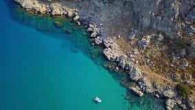 Luchtmening: Hommelvideo van iconisch strand van Agathi en kasteel van Feraklos, Rodos-Egeïsch eiland, Griekenland Stock Afbeelding
