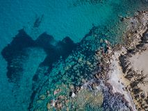 Luchtmening: Hommelvideo van stranden in Rhodes Mandriko, Rodos-eiland Stock Foto's