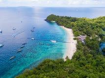 Luchtmening of hoogste mening van tropisch eilandstrand met duidelijke wate stock foto