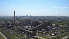Luchtmening, industrieel stadsdistrict: fabrieken, pakhuizen, logistiekcentrum stock video