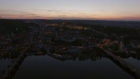 Luchtmening langs Vltava-rivier in de zomer Praag, Tsjechische Republiek stock video