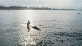 Luchtmening: meisjes ontspannende zitting bij surfplank langzame motie stock video