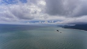 Luchtmening met bewolkte hemel en blauw water stock foto