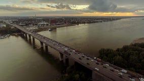 Luchtmening met opstopping op brug over de rivier stock footage