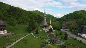 Luchtmening over Barsana-Klooster, Maramures - Roemeni? De houten plaats van de de werelderfenis van kerkunesco stock video
