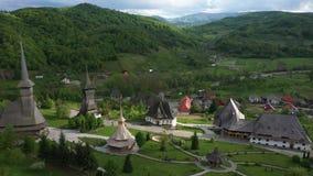 Luchtmening over Barsana-Klooster, Maramures - Roemeni? De houten plaats van de de werelderfenis van kerkunesco stock footage