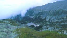 Luchtmening over bergpiek met meerachtergrond Verbazend bergenlandschap met vijvers stock video