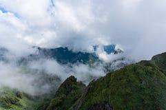 Luchtmening over bergpieken door wolk Stock Foto's