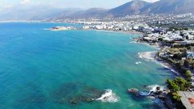 Luchtmening over blauw water, witte seafoam op golven stock video
