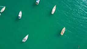 Luchtmening over boten die bij zonnige haven rusten Waihekeeiland, Auckland, Nieuw Zeeland stock afbeelding