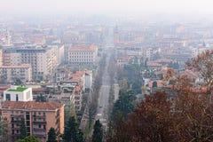 Luchtmening over centrale straat van de mistige stad van Bergamo, Italië Stock Afbeelding