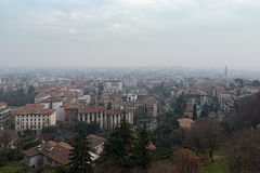 Luchtmening over centrale straat van de mistige stad van Bergamo, Italië Stock Fotografie
