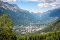 Luchtmening over Chamonix-vallei in de zomer, Mont Blanc-massief, de Alpen Frankrijk royalty-vrije stock afbeelding