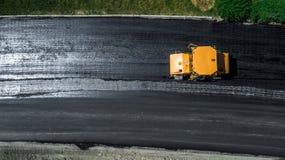 Luchtmening over de nieuwe asfaltweg in aanbouw royalty-vrije stock foto's