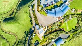 Luchtmening over een wijngaard op heuvels dichtbij Nieuw Plymouth Taranakigebied, Nieuw Zeeland stock fotografie