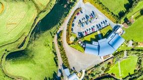 Luchtmening over een wijngaard op heuvels dichtbij Nieuw Plymouth Taranakigebied, Nieuw Zeeland stock foto's