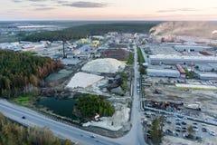 Luchtmening over fabrieken bij schemer Tyumen Rusland Royalty-vrije Stock Afbeeldingen