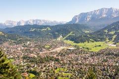 Luchtmening over Garmisch in de alpen van Beieren Stock Afbeelding