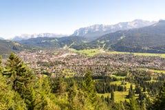 Luchtmening over Garmisch in de alpen van Beieren Royalty-vrije Stock Fotografie