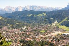 Luchtmening over Garmisch in de alpen van Beieren Stock Fotografie