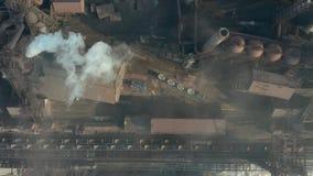 Luchtmening over geïndustrialiseerde stad met luchtatmosfeer en rivierwatervervuiling van metallurgische installatie dichtbij ove stock videobeelden