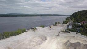 Luchtmening over gebied van mijnbouw van kalksteen in zonnige dag stock video
