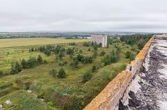 Luchtmening over gebieden en bos op de bovenkant van dak Stock Foto