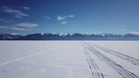 Luchtmening over het bevroren Meer Baikal in de winter stock video