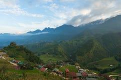 Luchtmening over het dorp van de bergketenvallei Royalty-vrije Stock Fotografie