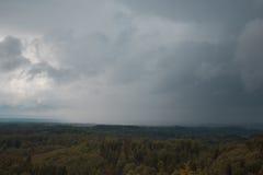 Luchtmening over het groene bos in avond Rian over het bos Bewolkte geheim Landschappen van Letland stock afbeeldingen