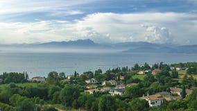 Luchtmening over het kleine Italiaanse dorp op de kust van meer Garda Royalty-vrije Stock Afbeelding