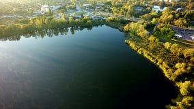 Luchtmening over het meer en de boom in stad royalty-vrije stock fotografie