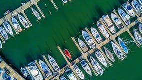 Luchtmening over jachten en boten die in jachthaven in Auckland, Nieuw Zeeland rusten stock foto's