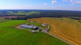 Luchtmening over moderne landbouwbedrijfgebouwen stock videobeelden