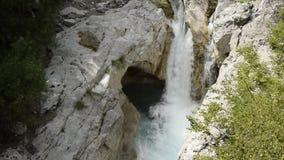 Luchtmening over natuurlijke waterval, Albanië stock video