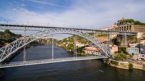 Luchtmening over Porto ` s oude stad, Ribeira, Duoro-rivier en de Porto Brug Luiz I Brug, 17 Mei 2017 Royalty-vrije Stock Foto